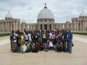 Devant la Basilique Notre Dame de la paix
